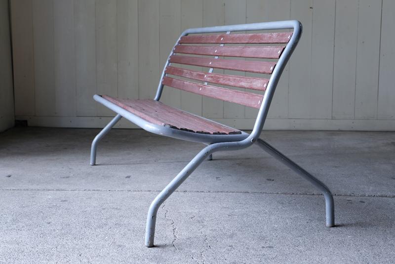 脚が大きく開くので、安心感ある座り心地です。