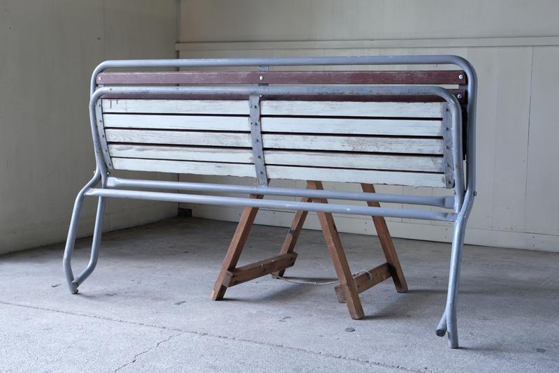 折り畳みできる珍しいタイプで、畳んだ状態で大人一人が持って運べるくらいの重さです。