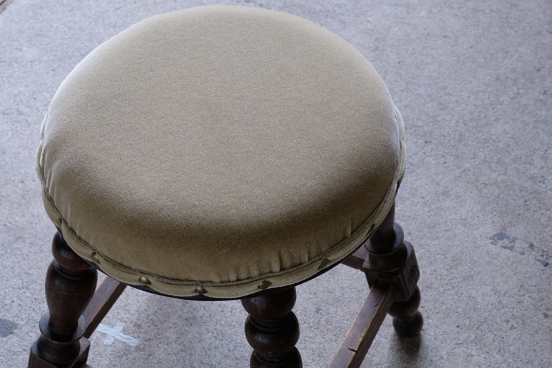 座面は新たに張り替え中のウレタンも少し硬いものを使用し、座り心地の良い仕上がりになっています。
