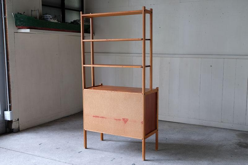 側板と背板のないオープンシェルフで棚板は調節できます