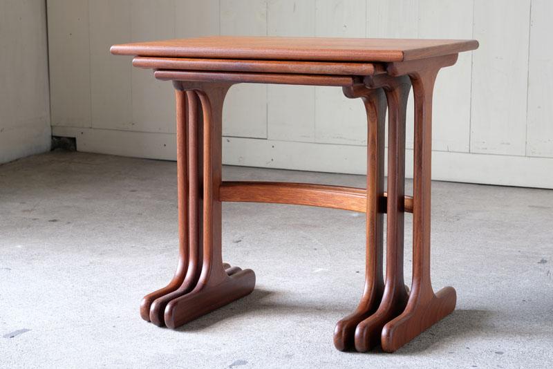 イギリスヴィンテージ、G-PLAN製のネストテーブルです