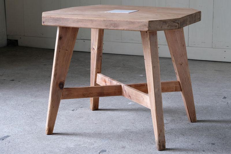 楢材の木の質感をそのままに活かした白木のテーブル