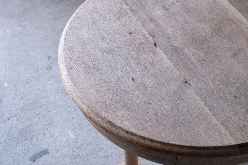 天板や側面、脚からは楢材のどっしりとした風格