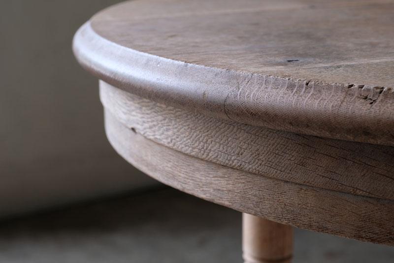 天板や側面、脚からは楢材のどっしりとした風格が