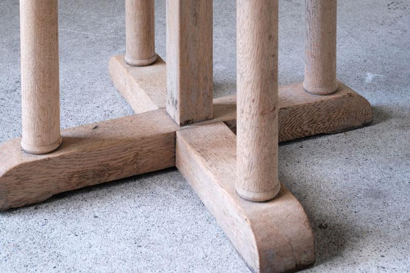 天板や側面、脚からは楢材のどっしりとした風格があります