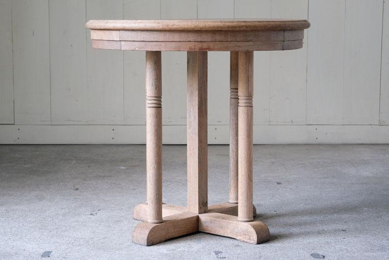 楢材の木の質感をそのままに活かした素朴なテーブル