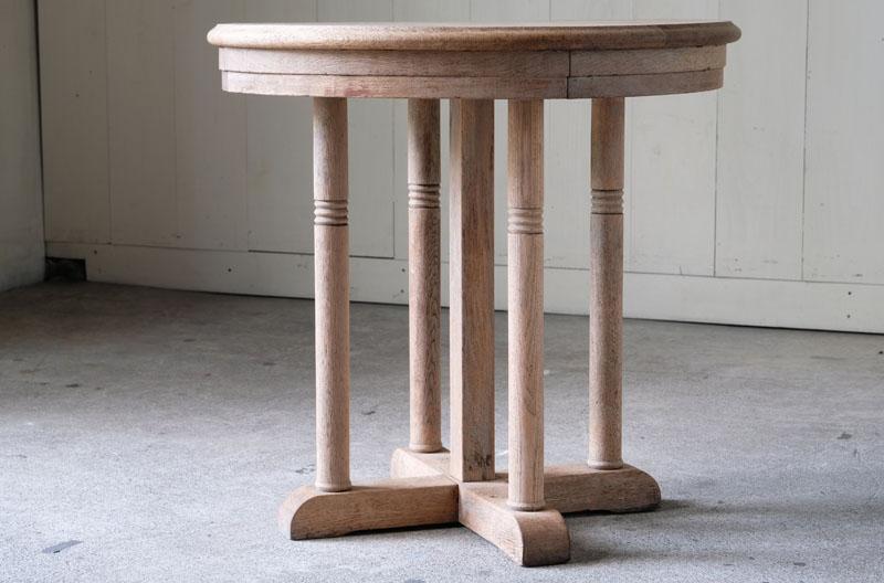 楢材の木の質感をそのままに活かした素朴なテーブルです