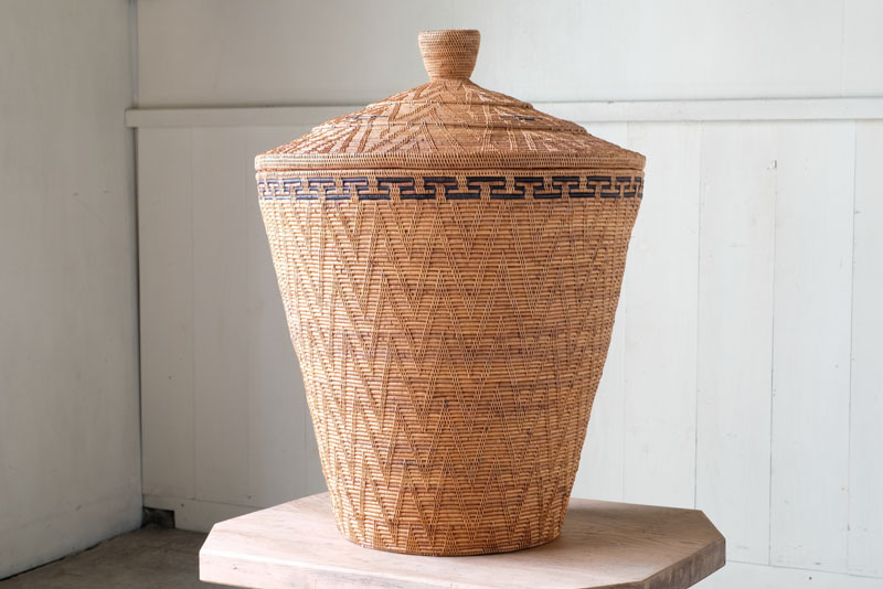 バリ島の伝統工芸品、アタ製のふた付きバスケット