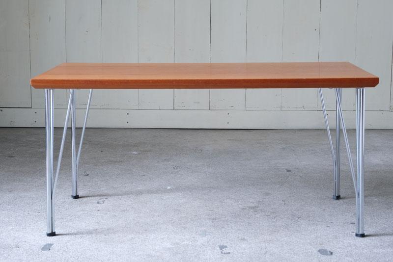 板と板を左右対称に接ぎ合せたブックマッチ仕様が美しいチーク材のテーブルです