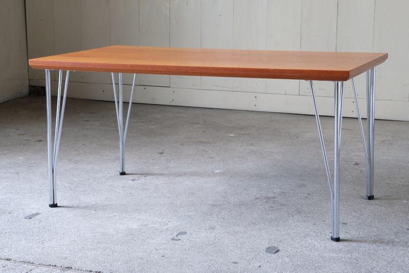 板と板を左右対称に接ぎ合せたブックマッチ仕様が美しいチーク材のテーブル