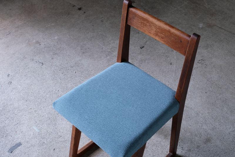 座面はアメリカ製の色味のきれいなファブリックに張り替え済みです