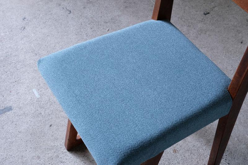 座面はアメリカ製の色味のきれいなファブリックに張り替え済み