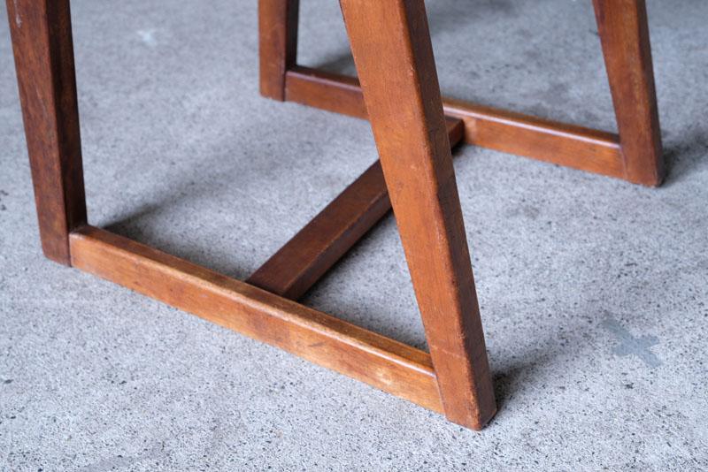 畳ずりと呼ばれる脚のデザインに昔ながらの趣を感じ
