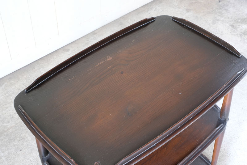 優しく丸みを帯びた縁が特徴のエルム材の無垢板です