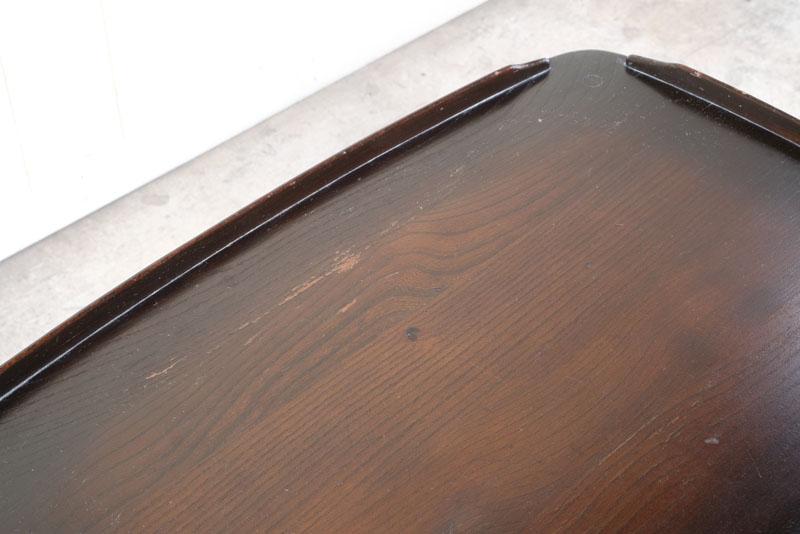 優しく丸みを帯びた縁が特徴のエルム材の無垢板