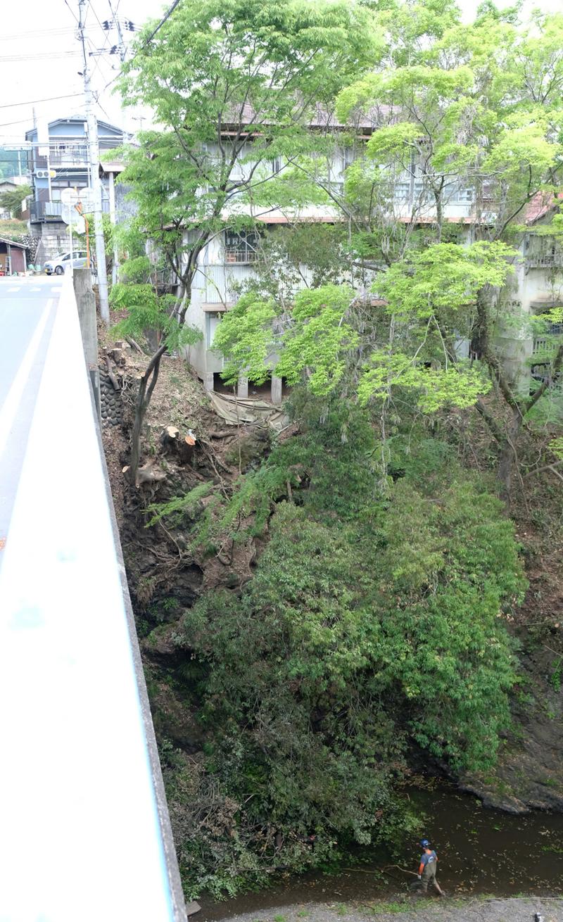橋の上から眺めると普通の距離感に思える場所も橋の下から見上げれば十数メートル高い位置。