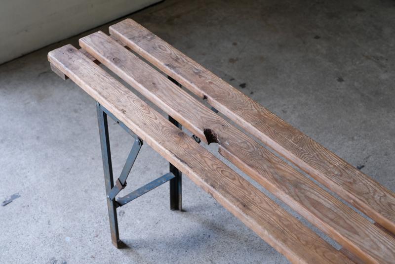 ベンチは時に陳列台や植物を飾る台のように使用しても良さそうです。