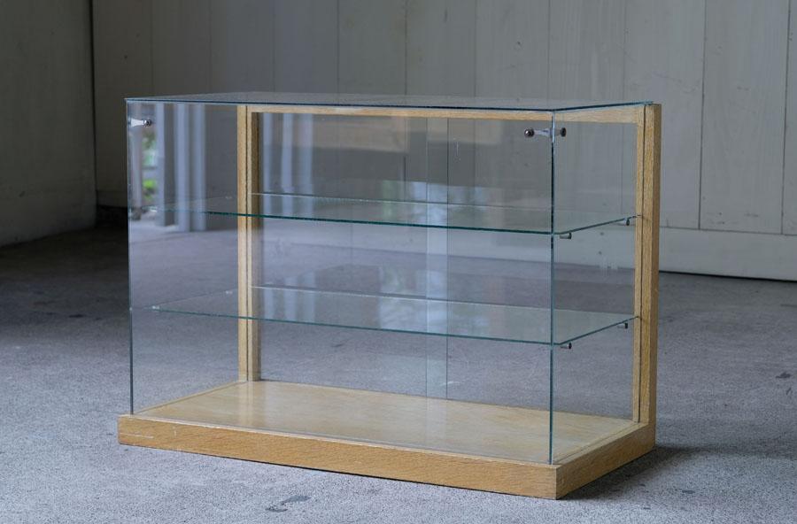 シンプルな造りの中に優しい木の風合いが感じられるガラスのショーケース。
