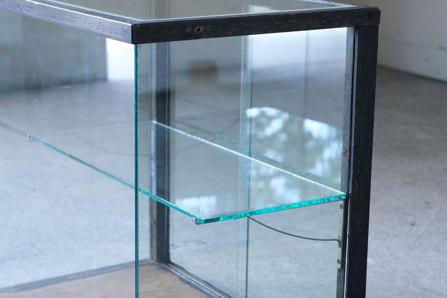 正面から見た木枠の柱がなく、すっきりとした見た目で陳列するものをより際立たせてくれそうです。