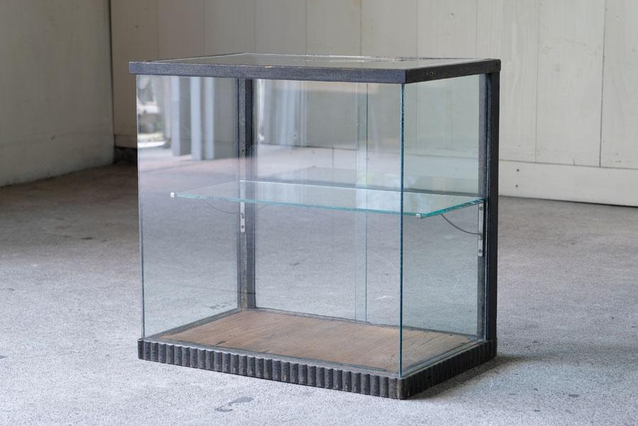 アンティーク 黒い木枠のシンプルなガラスショーケース