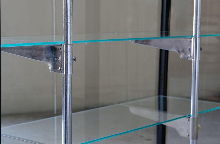 支柱(可動)は棚の補強になりながらデザイン的にも優れ、格好良いガラスケースのポイントに