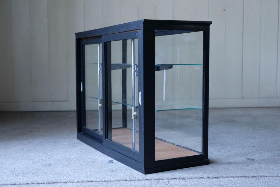 黒くペイントされたガラスケース