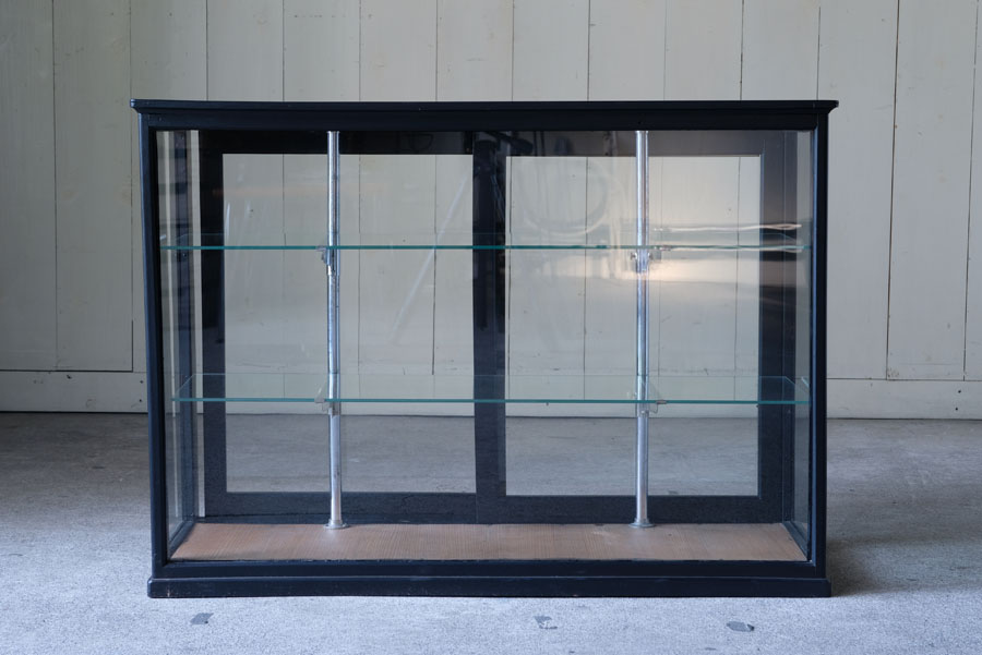 アンティークの黒いガラスケースです