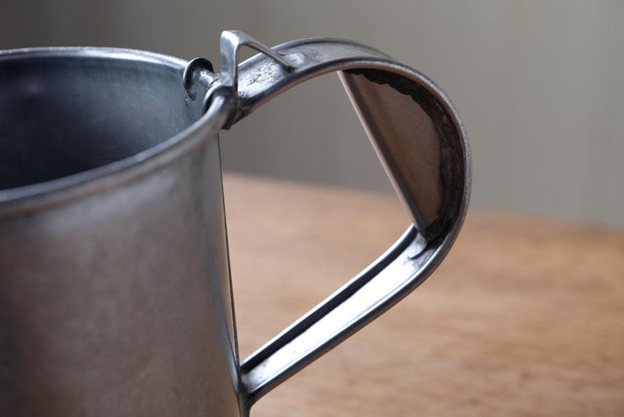 取っ手はデザイン性も兼ね備えながら深さがあり持ちやすい形状