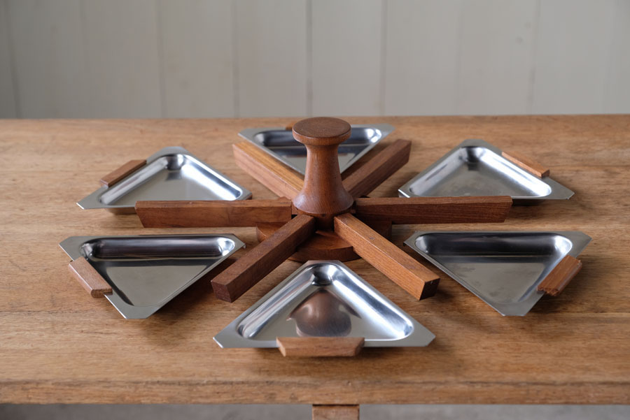 取り外しが出来る6枚のトレイは銘々皿として個々に使うこともできます