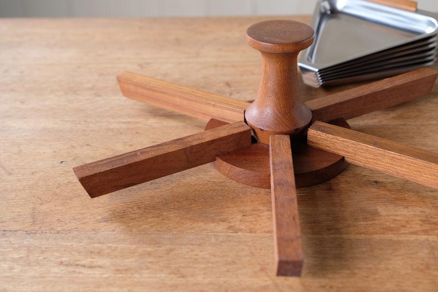 チーク材の木目が美しい台座です