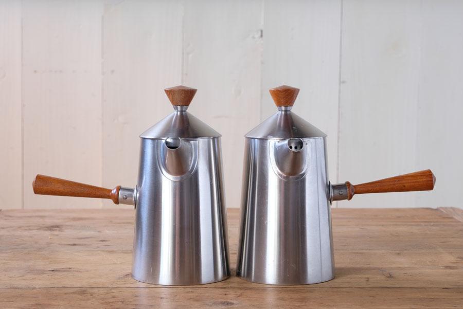 右手にコーヒーポット、左手にミルクポットを持って同時に注ぐ