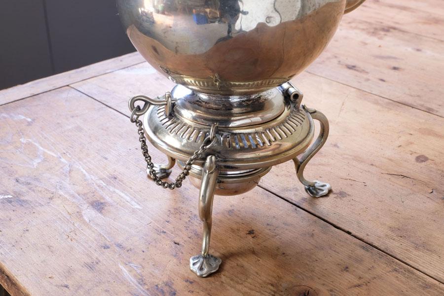 台に付いているピンをケトルに挿して安定感良くカップに注ぐ事ができます