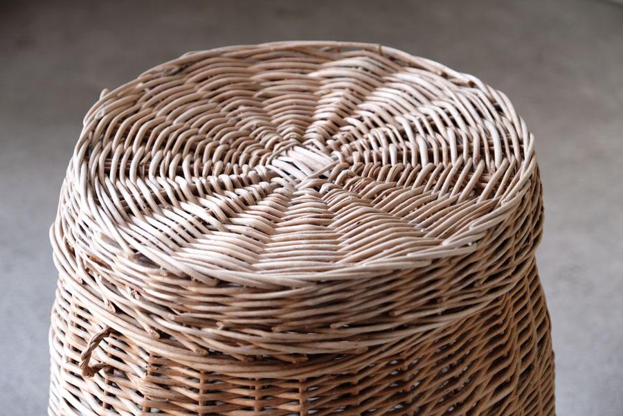 太めのラタン(籐)で丁寧に編まれたイギリス製のの大型バスケット。