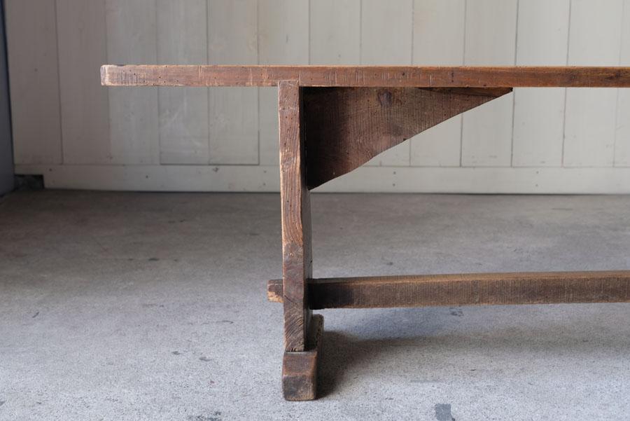 厚みのある素朴なオールドパインがきれいな横長のベンチ。