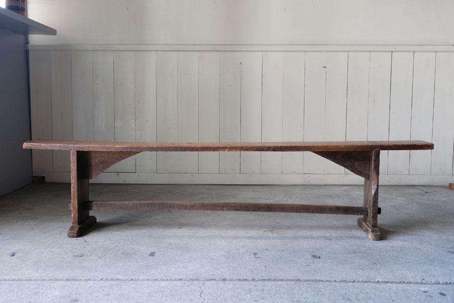 ダイニングテーブル用のベンチとしてはもちろん、待ち合いのベンチや窓越しの陳列、ディスプレイにも素敵です。