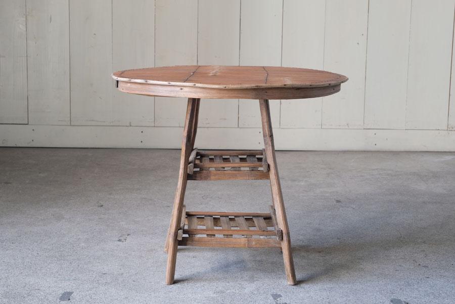 竹細工で組まれた天板が面白い竹製のテーブル。