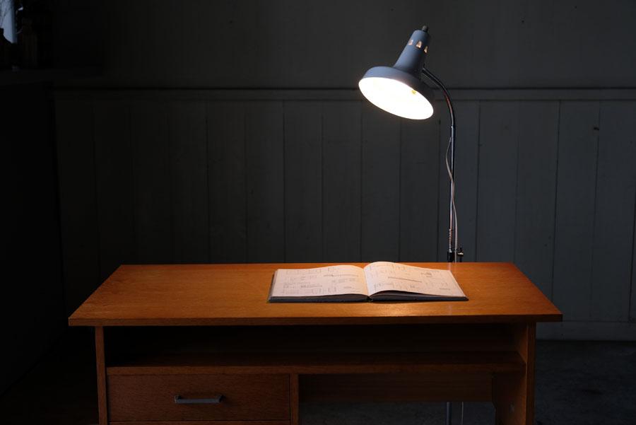 高さ調節が広い範囲で可能で、間接照明にしたり手元を照らしたりと