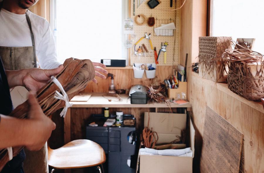 出身地である福島県の伝統工芸に使われる素材でもあった。冬の農作業が難しい時期に室内でできる仕事として今も工芸品の産業が残っている。