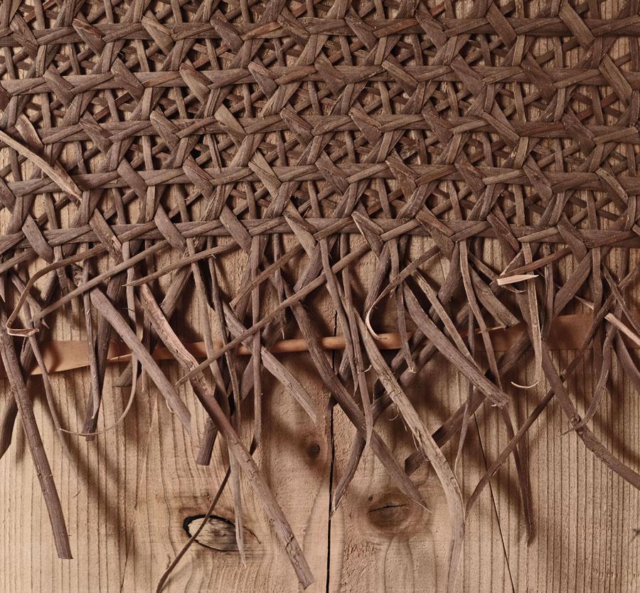 仕事する傍ら編む製法を学び、伝統を次の世代に繋いでいくため制作した作品を販売するネットショップを開設。