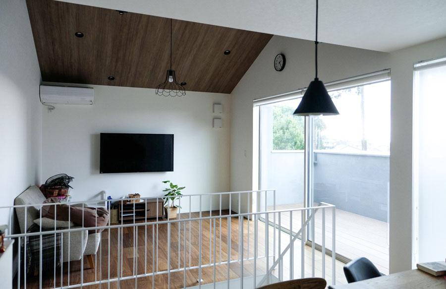 1階にカフェスペースを設けたことでスペースの取れる2FがLDKに。解放感ある窓が飯能の借景を楽しませてくれる