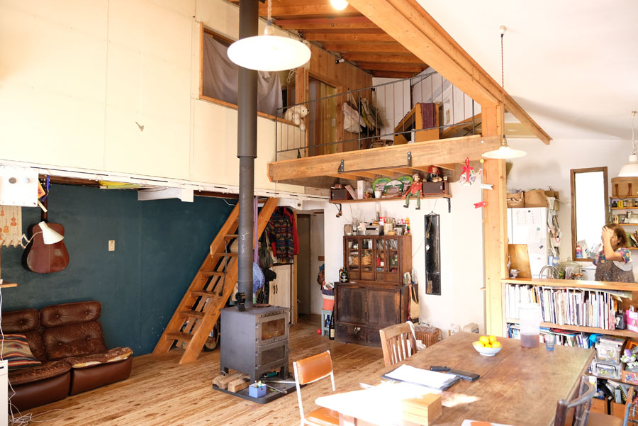 今も当時も住まいはお手製。部屋の中央に配置された薪ストーブも金属造形を生業にする文悟さんの作品。