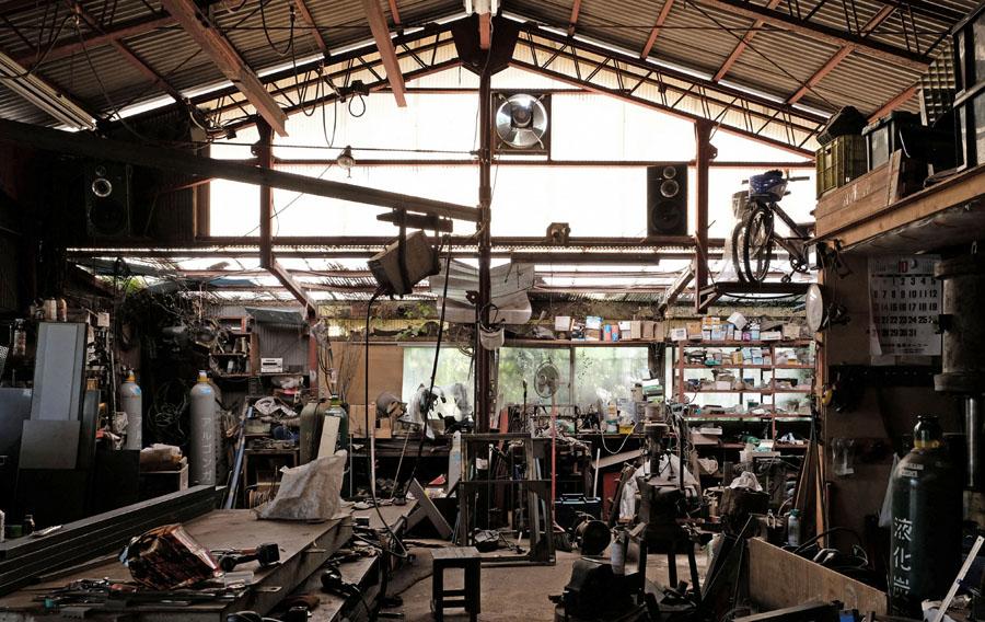 そこでの最初の暮らしは飯能の山奥にあった水道も通っていない80畳のプレハブ小屋造りの元印刷工場