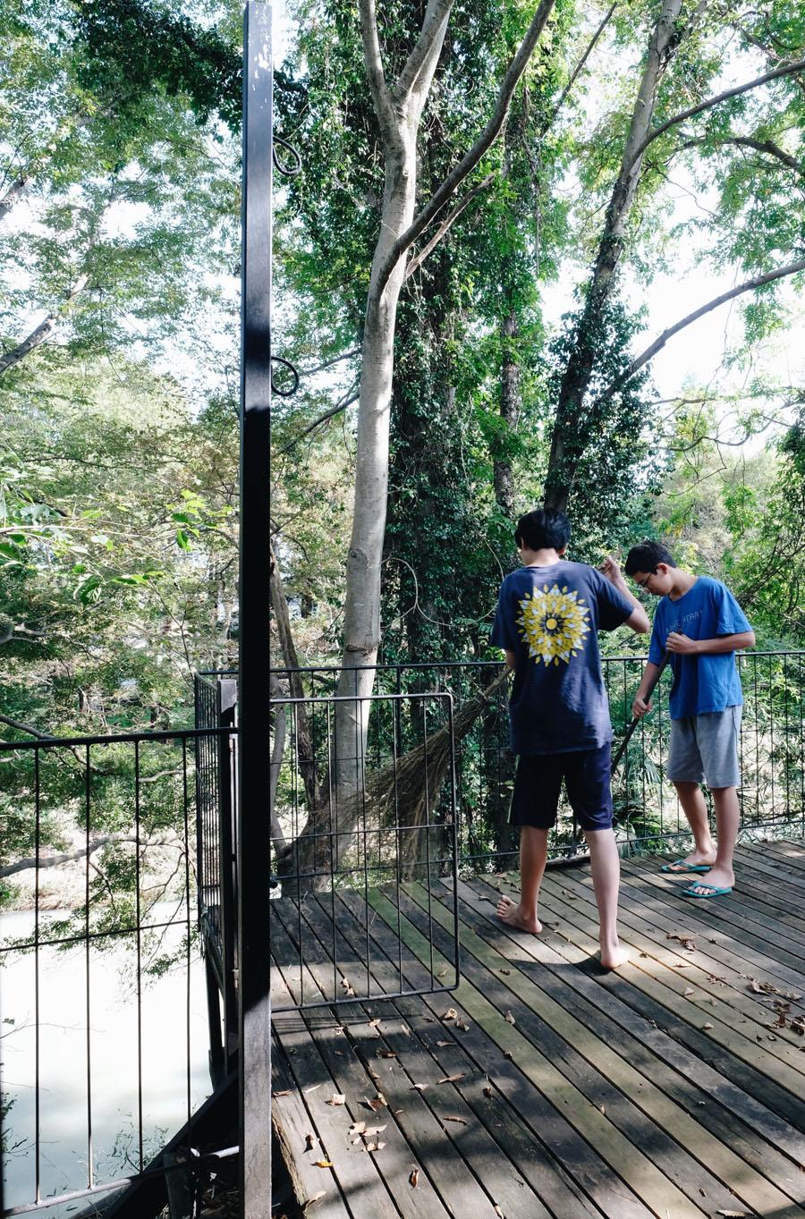 広いテラスもひとつの部屋のように使える住まいは川に降りる事もでき、ここで生まれ育った子供たちも、そのような環境を気に入っていて、手づくりの暮らしを満喫している。